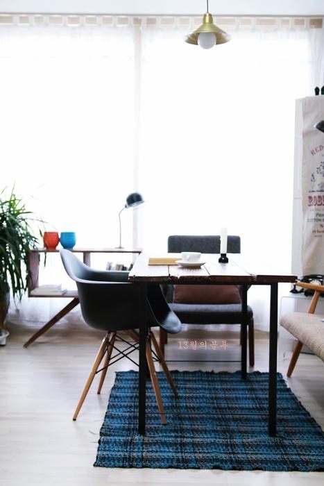 빈티지목재로 만든 테이블-북유럽풍 거실 인테리어
