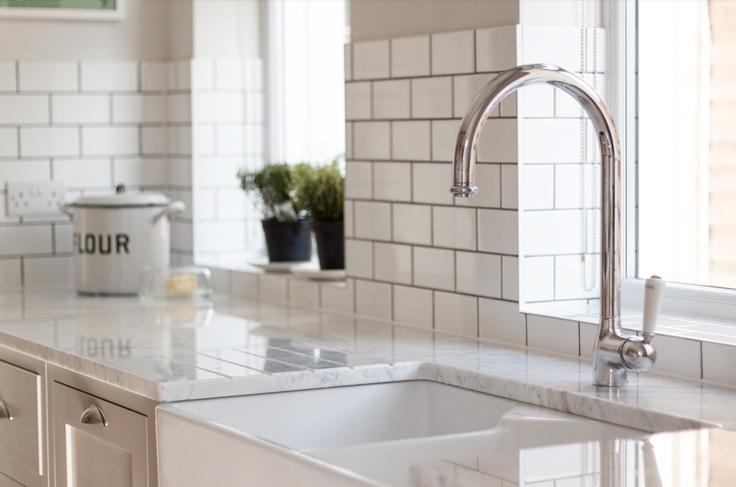 깔끔한 타일벽이 돋보이는 주방인테리어~주방용품,그릇들~!
