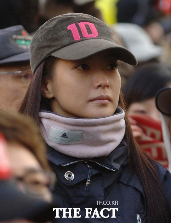 김희선의 루피망고 모자가 많은 여성들에게 관심을 받고 있다. 김희선은 최근 공항에서 루피망고 모자로 멋을 냈다. /더팩트 DB