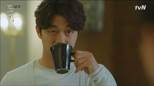 '공유하면 카누지' 배우 공유가 출연한 드라마 '도깨비'에는 카누가 여러 번 등장한다. 그러나 자연스러운 출연으로 인해 PPL이라고 인식하지 못할 정도였다. /tvN '쓸쓸하고 찬란하신-도깨비' 방송 캡처