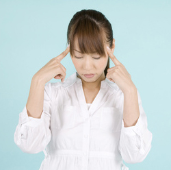 두통을 호소하는 여성사진