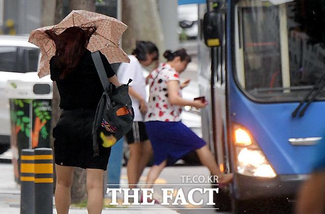 7일 오후 제13호 태풍 '링링'(Lingling)이 중형급 위력을 유지한 채 북상한 가운데 서울 서초동 방배동 일대에 강한 바람과 비가 내리고 있다. /이효균 기자