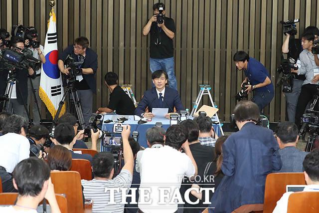 조국 법무부장관 후보자가 2일 서울 여의도 국회에서 열린 기자간담회에 모두발언을 하고 있다. /국회=남윤호 기자