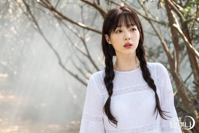 설리는 최근 아이유와 친분으로 tvN 드라마 '호텔 델루나'에 까메오로 출연했다. /tvN '호텔 델루나' 홈페이지