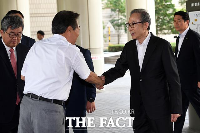 다스 자금 횡령과 뇌물수수 의혹을 받고 있는 이명박 전 대통령이 지난 8월23일 오후 서울 서초구 서울고등법원에서 열린 항소심 33차 공판에 출석하고 있다./남용희 기자
