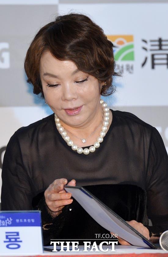 배우 김수미가 데뷔 후 최대의 힘든 시기를 겪고 있다. 제작자의 잠적으로 전국투어가 무산된 '친정엄마'는 선우용녀와 호흡을 맞춘 2010년 초연 이후 10년만의 복귀작이다. /더팩트 DB