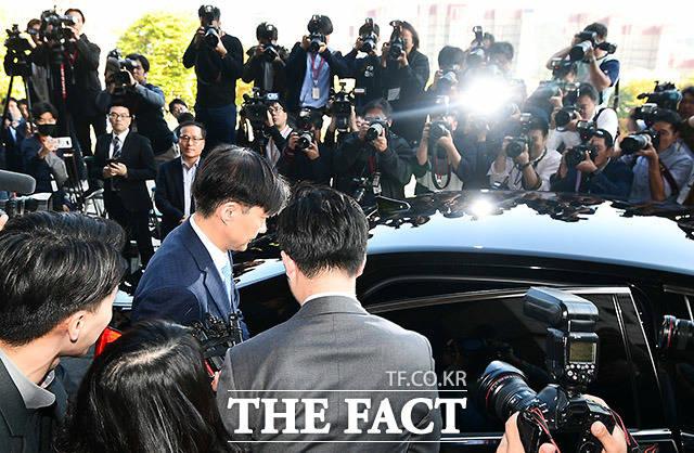 조국 전 법무부장관이 지난달(10월) 14일 오후 법무부장관 사퇴를 밝힌 뒤 경기도 과천 정부과천종합청사를 나오고 있다. /과천=이동률 기자