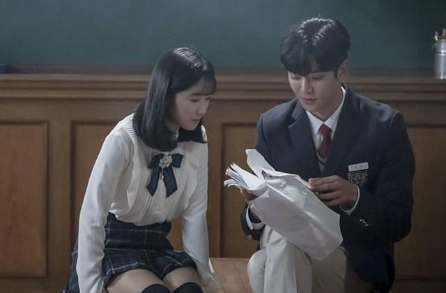MBC '어쩌다 발견한 하루'에서 김혜윤(왼쪽)과 로운은 풋풋한 로맨스를 보여주고 있다. /MBC 제공