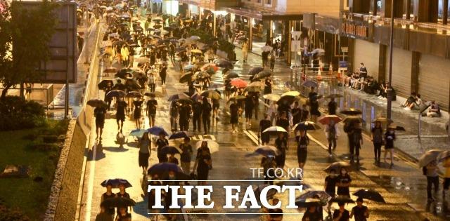 날로 격화되고 있는 홍콩 민주화 시위의 여파가 국내 대학가를 덮치고 있다. 사진은 지난 8월 18일 오후 홍콩 빅토리아 파크에서 열린 '범죄인 인도 법안(송환법)' 반대 대규모 집회에 참가한 시위대가 집회가 끝난 후 센트럴 지역의 한 거리를 우산을 쓴 채 행진하고 있는 모습. /홍콩=김세정 기자