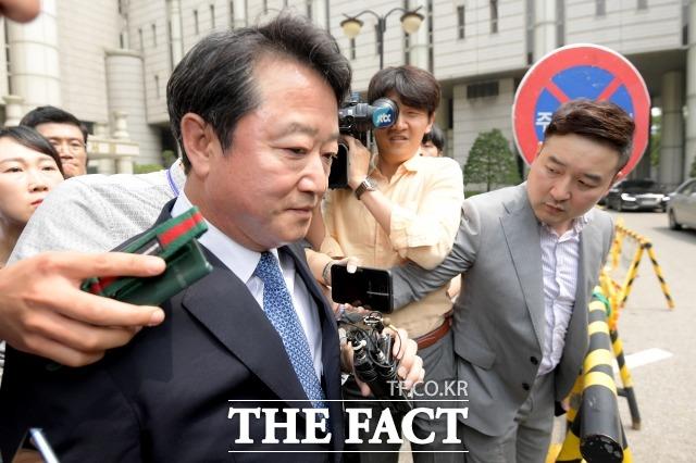 자본시장과 금융투자업에 관한 법률위반등의 혐의로 기소된 이웅열 전 코오롱그룹 회장이 지난 7월 18일 오후 서울 서초구 서울중앙지방법원에 출석해 1심 선고 재판을 마치고 나오고 있다. /이선화 기자
