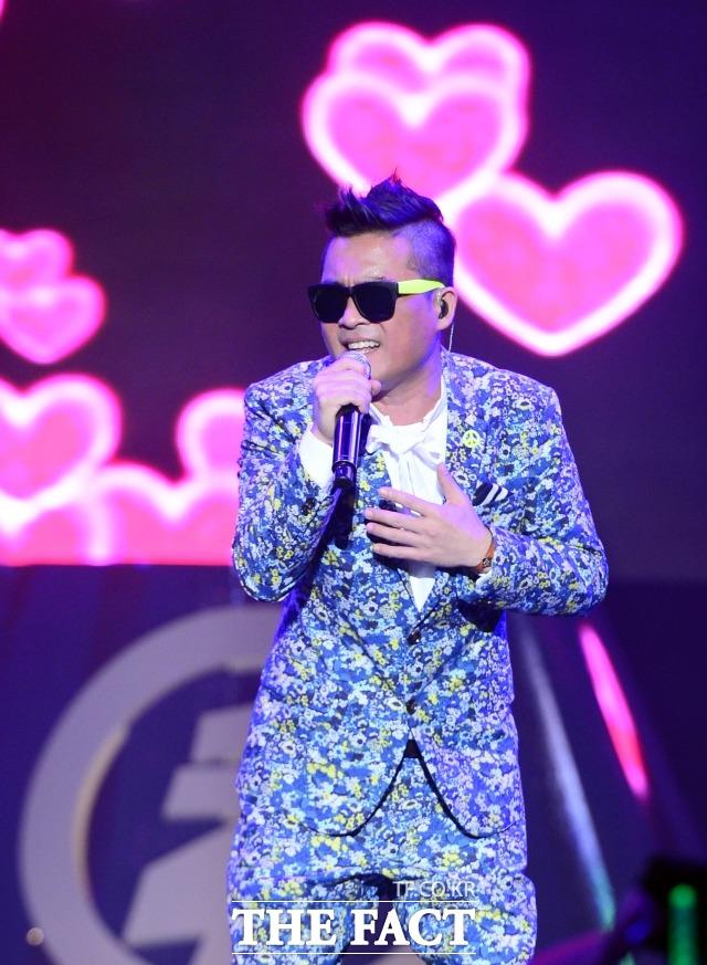 성폭행 의혹에 휩싸인 가수 김건모 측은 7일 인천에 이어 오는 24일 부산에서 열리는 콘서트를 예정대로 진행한다고 밝혔다. 2014년 6월 '청춘나이트 콘서트'에서 노래하는 김건모 /김슬기 기자