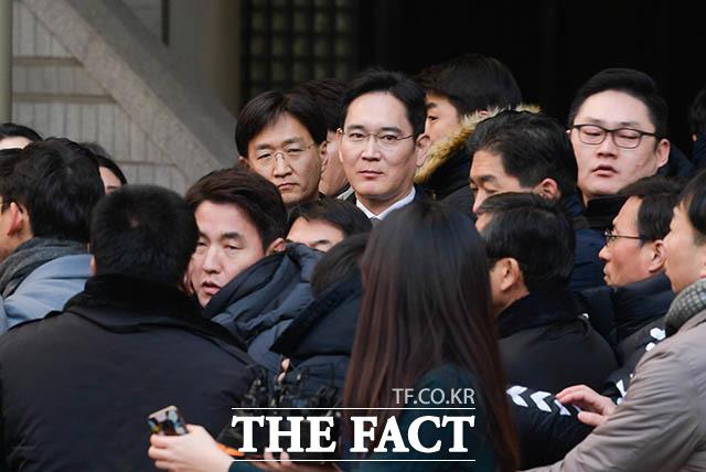 이재용(52) 삼성전자 부회장(가운데)이 17일 오후 서울 서초구 서울고등법원에서 열린 파기환송심 4차 공판을 마치고 법정을 나서는 가운데 몇몇 시민들이 이 부회장을 향해 항의하고 있다. /김세정 기자
