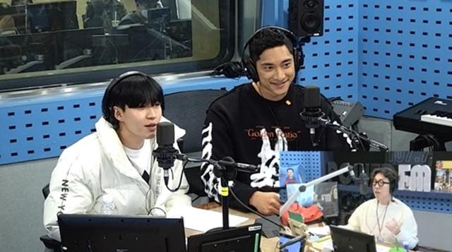 가수 김재환(왼쪽)과 배구선수 김요한(가운데)가 SBS 파워FM '김영철의 파워FM'에 출연했다. /SBS 파워FM '김영철의 파워FM' 캡처