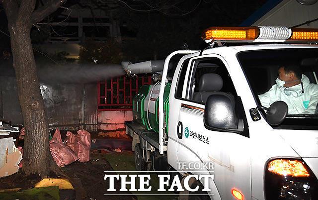 지난 26일 과천시 문원동 청소년수련원 앞 신천지 숙소에서 과천시보건소 관계자들이 해당 지역을 찾아 방역 작업을 하고 있는 모습. /이새롬 기자