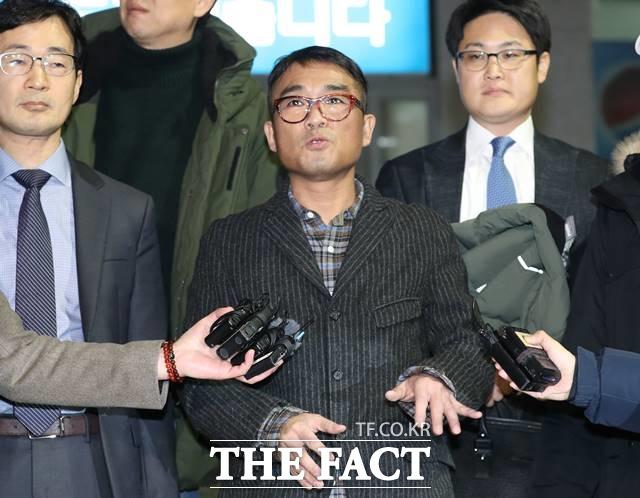 경찰이 '성폭행 의혹'을 받는 가수 김건모 관련 사건을 검찰로 넘겼다. 사진은 지난 1월 15일 오후 서울 강남경찰서에서 조사를 받고 나온 김건모. /뉴시스