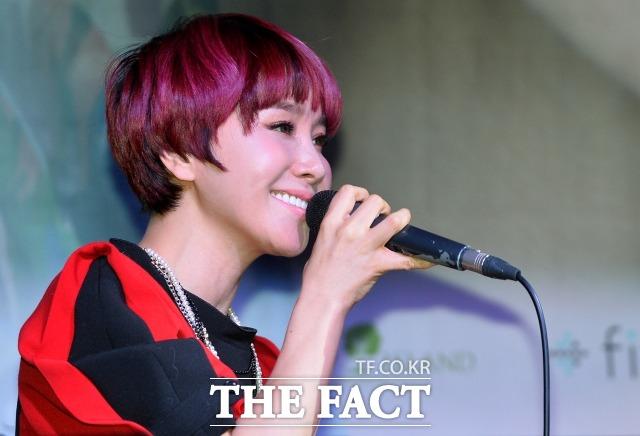 가수 박혜경이 열애를 인정하며 \