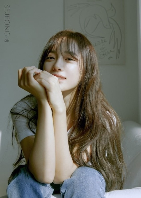 세정이 3월 17일 첫 미니앨범 '화분'을 발표했다. 첫 솔로곡 '꽃길'로 음원차트 1위를 차지한지 3년 4개월 만의 앨범이다. /젤리피쉬엔터 제공