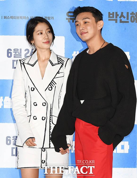 배우 박신혜(왼쪽)와 유아인이 지난 15일 오후 서울 광진구 롯데시네마 건대입구점에서 열린 영화 '#살아있다' 언론시사회에 참석해 포토타임을 갖고 있다. /배정한 기자