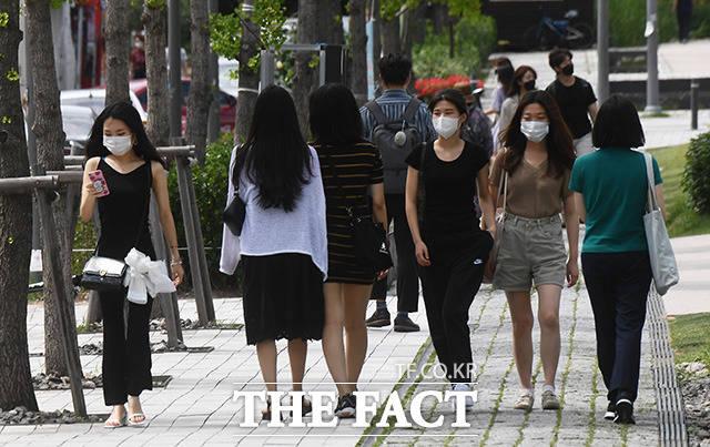 기상청에 따르면 오늘(11일) 전국이 대체로 흐리고 한낮 기온이 30도로 무덥겠다. /이동률 기자