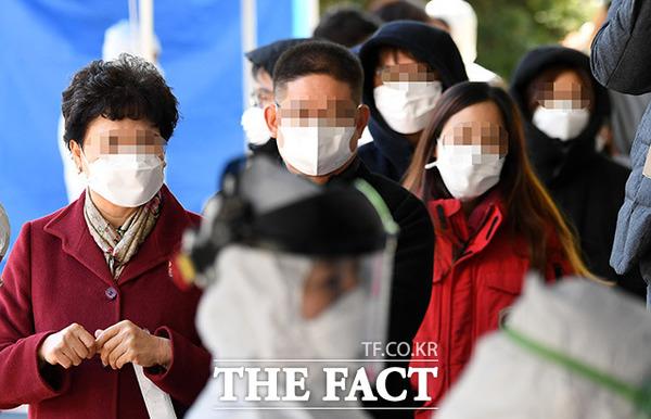 11일 신규 확진자 35명 중 국내 발생은 20명, 해외 유입은 15명이었다. /임영무 기자