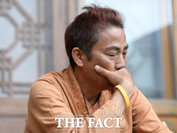 1년째 폐암 투병 중인 방송인 김철민이 10일 병원에 입원해 수술을 받는다. 그는 \