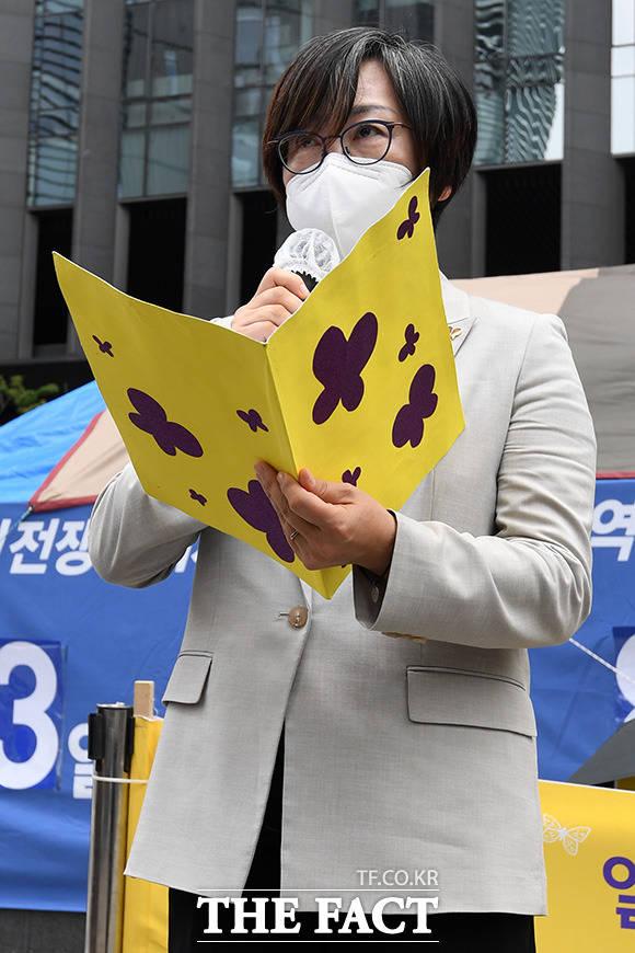 이나영 정의연 이사장이 16일 오후 서울 종로구 옛 일본대사관 앞에서 진행된 제1,457차 일본군 성노예제 문제해결을 위한 정기 수요시위 기자회견에 참석해 주간보고를 하고 있다./남용희 기자
