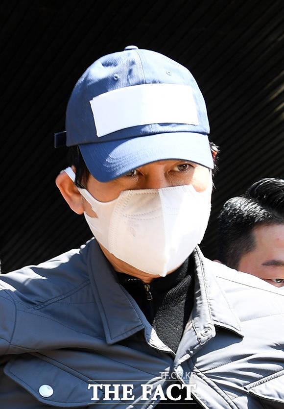 박훈 변호사가 김봉현 전 스타모빌리티 회장에게 술접대를 받은 검사 중 한 명의 실명과 얼굴을 공개한 데 이어 조국 전 법무부 장관이 이를 공유했다. /임영무 기자