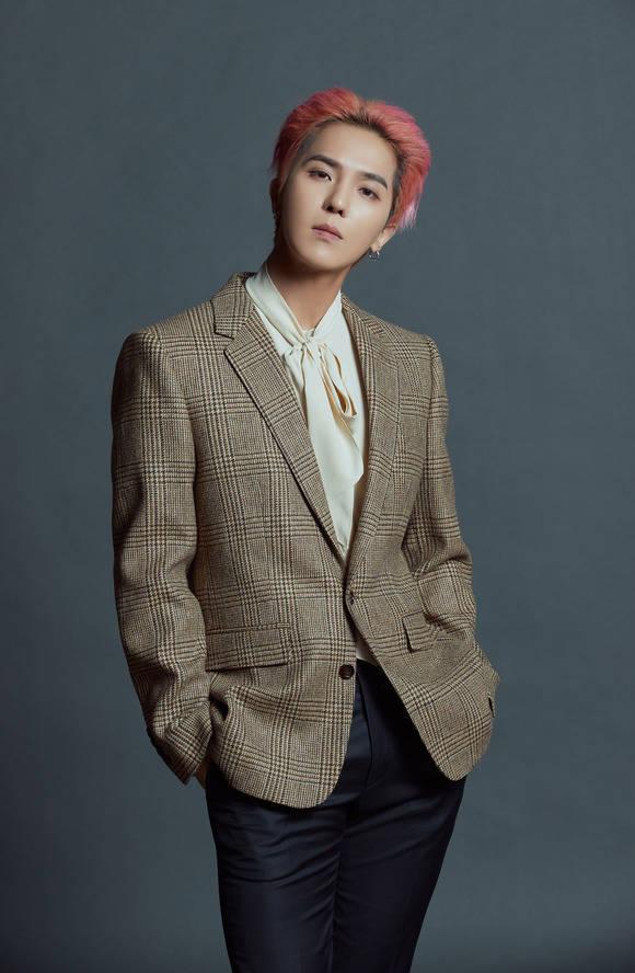 송민호가 30일 오후 6시 2번째 정규 앨범 'TAKE'를 발표한다. 그는 오후 1시 온라인 기자간담회를 개최하고 \