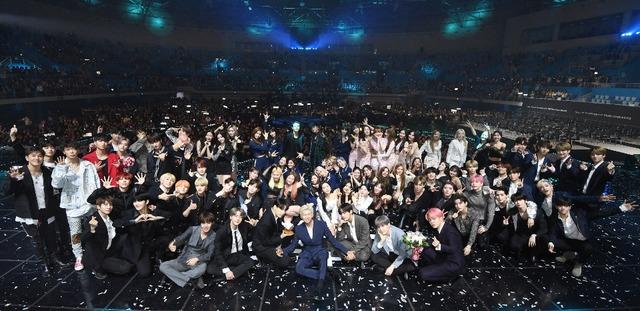 팬과 아티스트의 축제로 열리는 더팩트 뮤직어워즈의 지난해 출연진 기념 사진./더팩트 DB