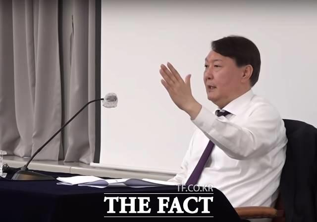 윤석열 검찰총장은 24일 추미애 법무부 장관의 징계청구·직무배제 처분을 놓고 \