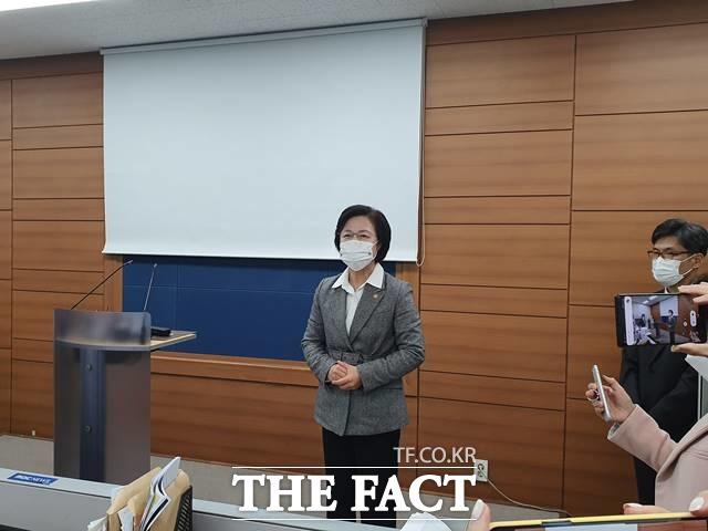 추미애 법무부 장관이 24일 오후 6시께 서울고등검찰청 기자실에서 열린 긴급 브리핑에 앞서 발언하고 있다./김세정 기자
