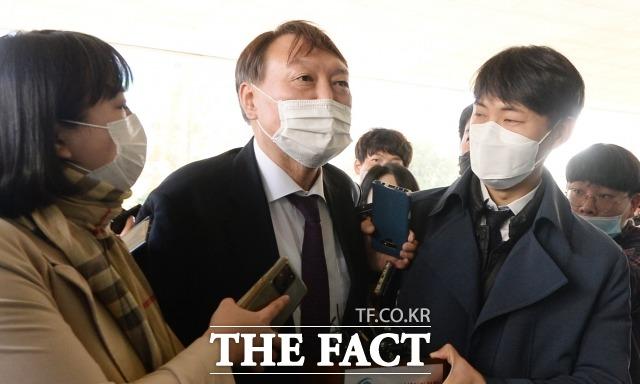 윤석열 검찰총장을 대리하는 이완규 변호사는 30일 직무정지 처분 집행정지 심문 후 기자들과 만나 \