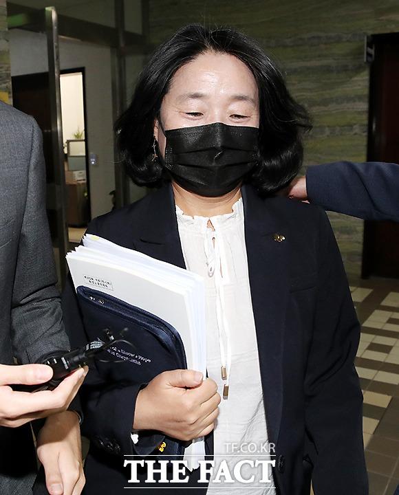 서울서부지법 형사합의11부(문병찬 부장판사)는 사기 혐의 등을 받는 윤미향 의원과 정의연 이사 김모(46) 씨에 대한 첫 공판준비기일을 열었다./이새롬 기자