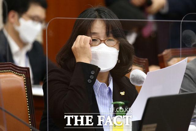 서울서부지법 형사합의11부(문병찬 부장판사)는 사기 혐의 등을 받는 윤미향 의원과 정의연 이사 김모(46) 씨에 대한 첫 공판준비기일을 열었다. /이새롬 기자