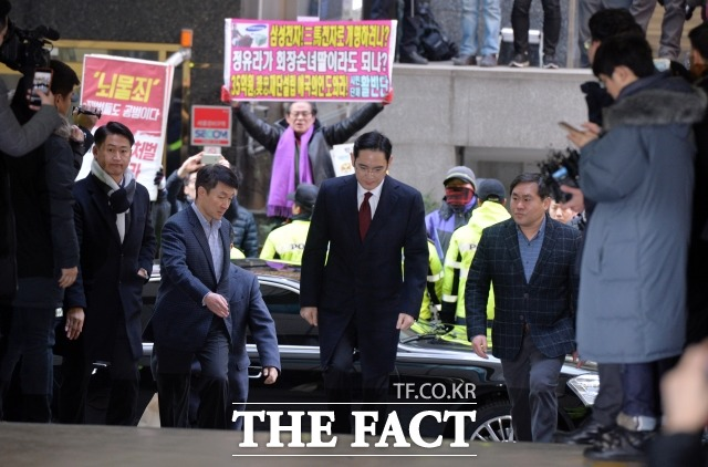 2017년 1월 이재용 삼성전자 부회장이 박영수 특별검사 사무실에 피의자 신분으로 조사를 받기 위해 들어서고 있다. /더팩트DB