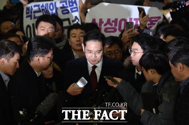 이재용 삼성전자 부회장이 2017년 1월 박영수 특별검사 사무실에 피의자 신분으로 들어서고 있다. /더팩트DB