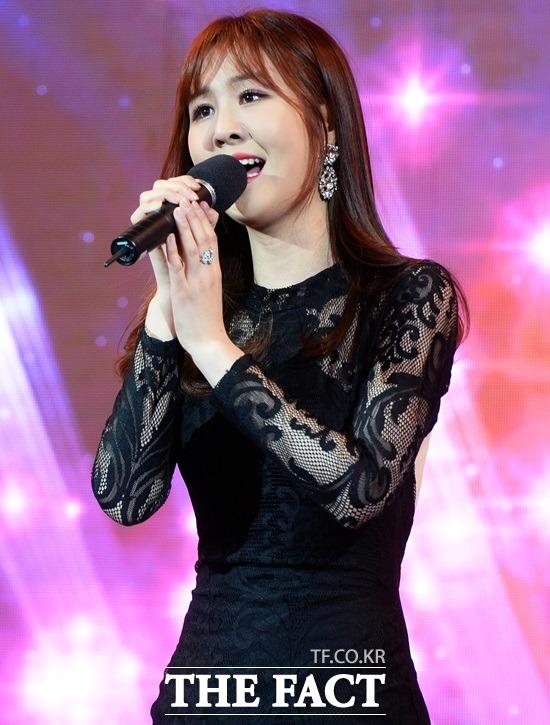 22일 방송된 '사랑의 콜센타'에서 윤수현은 '개나리처녀'를 완벽하게 소화하며 동료들의 감탄을 자아냈다. 사진은 가요TV '가요TV 뮤직어워드' 당시 무대. /이동률 기자