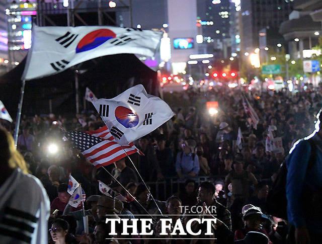 법원이 3.1절 연휴 도심집회를 금지한 서울시의 처분을 집행정지해달라는 보수단체의 청구를 일부 받아들였다./더팩트 DB