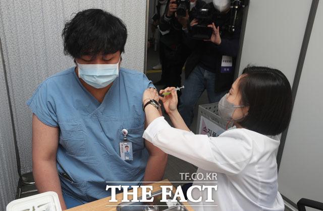 신종 코로나바이러스 감염증(코로나19) 백신 접종 셋째 날, 전국에서 765명이 접종을 받은 것으로 집계됐다. 27일 오전 서울 중구 국립중앙의료원 중앙예방접종센터에서 한 의료 종사자가 화이자 백신을 맞고 있다. /사진공동취재단