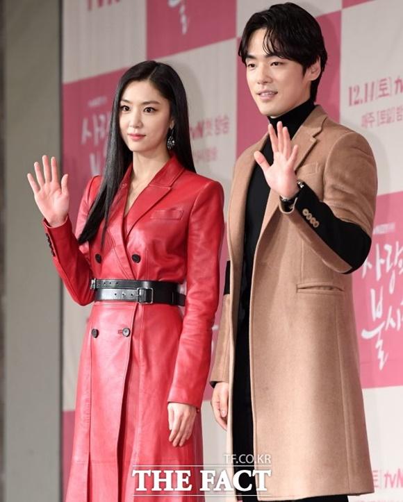 서지혜(왼쪽) 김정현이 열애 중이라는 보도가 나왔다. 이에 두 사람의 소속사는 \