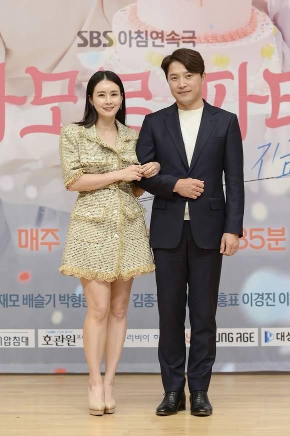 안재모와 최정윤이 8일 오후 열린 SBS '아모르파티' 제작발표회에 앞서 포토타임을 갖고 있다. /SBS 제공