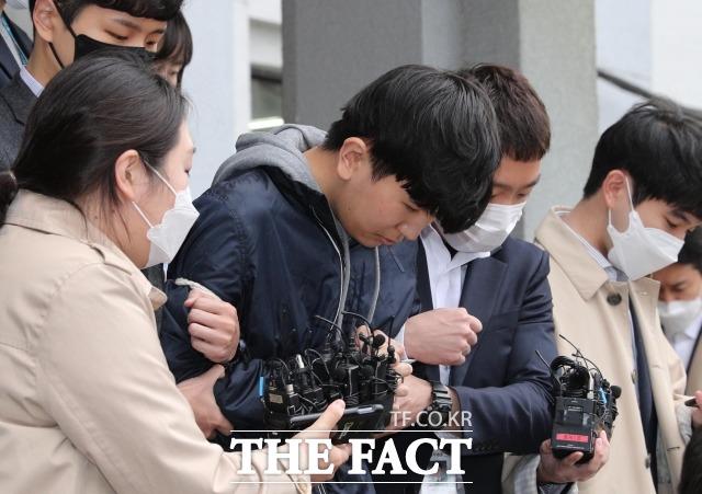 텔레그램 대화방 '박사방' 운영자 조주빈과 공모해 성 착취물을 제작·유포한 혐의 등으로 중형을 선고받은 '부따' 강훈(왼쪽에서 두번째)이 항소심에서도 \