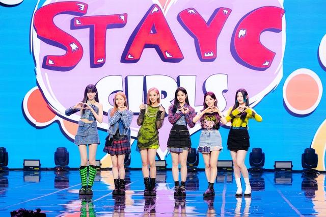 걸그룹 스테이씨가 8일 오후 4시 두 번째 싱글 앨범 'STAYDOM' 발표 온라인 쇼케이스를 개최했다. 멤버들은 이 앨범을 'FREE' 한 단어로 요약했다. /하이업엔터 제공
