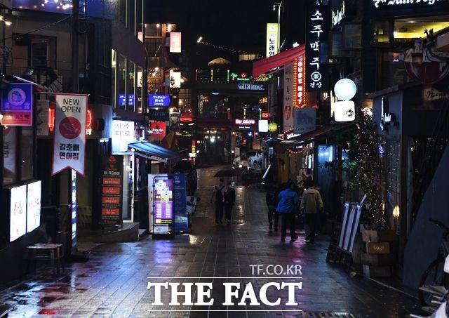 서울 강남구 무허가 클럽에서 수백 명이 단체로 춤판을 벌여 경찰에 적발됐다. 사진은 해당 기사와 직접적 관련 없음. /배정한 기자
