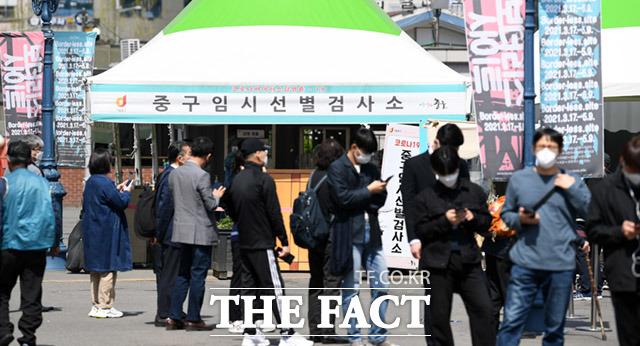 정부가 국민 각자가 간편하게 코로나19 검사를 할 수 있는 자가검사키트를 도입한다. 9일 오후 서울 중구 서울역광장 코로나19 임시선별검사소에서 검사를 받기 위해 시민들이 줄을 서고 있다. /임세준 기자