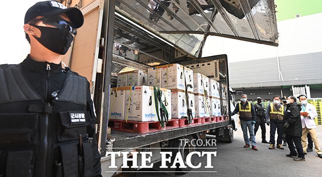 국내에서 SK바이오사이언스가 생산하는 노바백스 백신 2000만 회분이 3분기까지 안정적으로 공급될 것으로 예상된다. 3월 31일 경기도 평택시 오성면 ㈜한국초저온 물류센터에서 관계자들이 화이자와 직접 계약을 통해 확보한 백신 추가 물량 50만 회분을 수송한 백신차량을 살펴보고 있다. /사진공동취재단