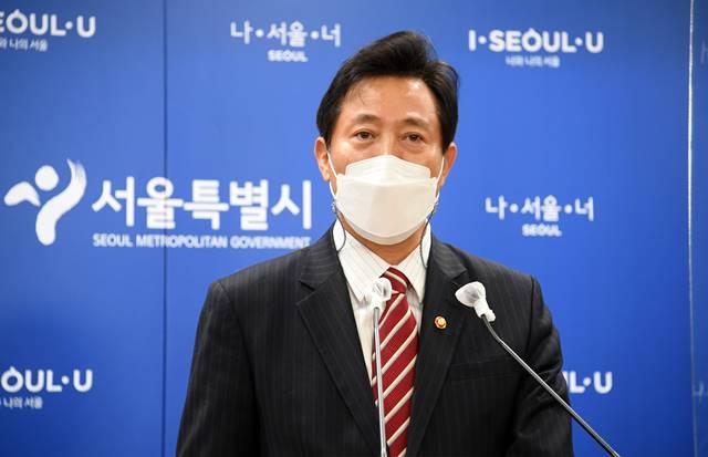 오세훈 서울시장이 13일 첫 국무회의에 참석한 뒤 서울시청에서 백브리핑을 열고 기자들의 질문에 답변했다. /서울시 제공
