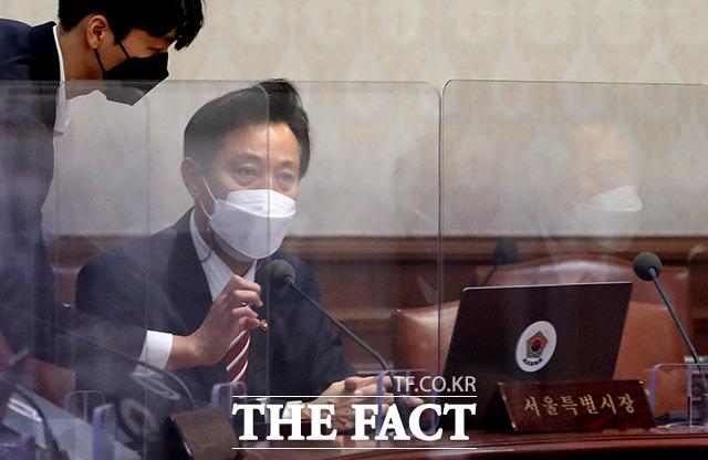 오세훈 서울시장이 13일 오전 서울 종로구 정부서울청사에서 영상으로 열린 국무회의에 참석해 자리하고 있다. /임영무 기자