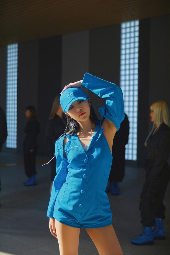 마마무 휘인이 13일 첫 미니 앨범 'Redd'를 발표한다. 1년 7개월 만의 솔로 컴백이다. /RBW 제공