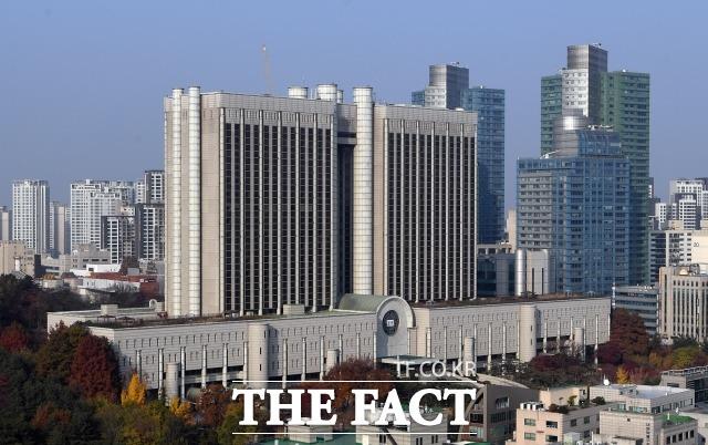 서울중앙지방법원 직원 1명이 신종 코로나바이러스감염증(코로나19) 확진 판정을 받았다. /이새롬 기자원 직원 1명이 신종 코로나바이러스감염증(코로나19) 확진 판정을 받았다. /이새롬 기자